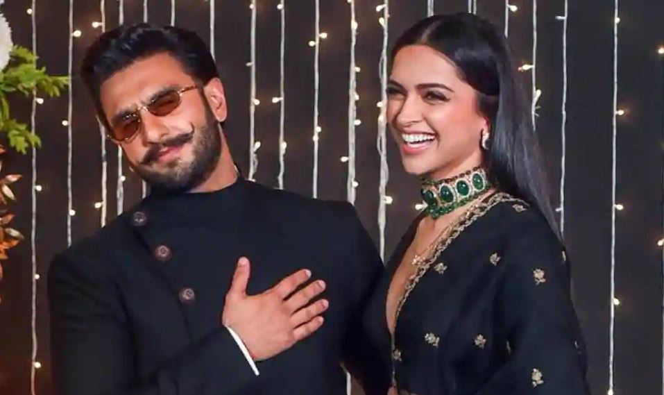 Photo of Deepika Padukone Calls Ranveer Singh in The Middle of an Interview And Their Conversation is All Mush And Cute