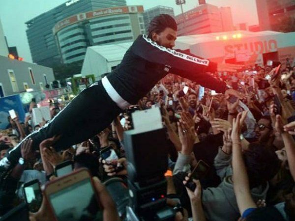 Photo of Ranveer SinghLeaves His Fans INJUREDWith His Crowd Surfing Act, APOLOGIZESQuickly