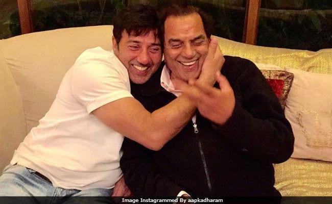 Photo of Here's How Dharmendra Reacted On Son Sunny Saving A Woman From Being Conned
